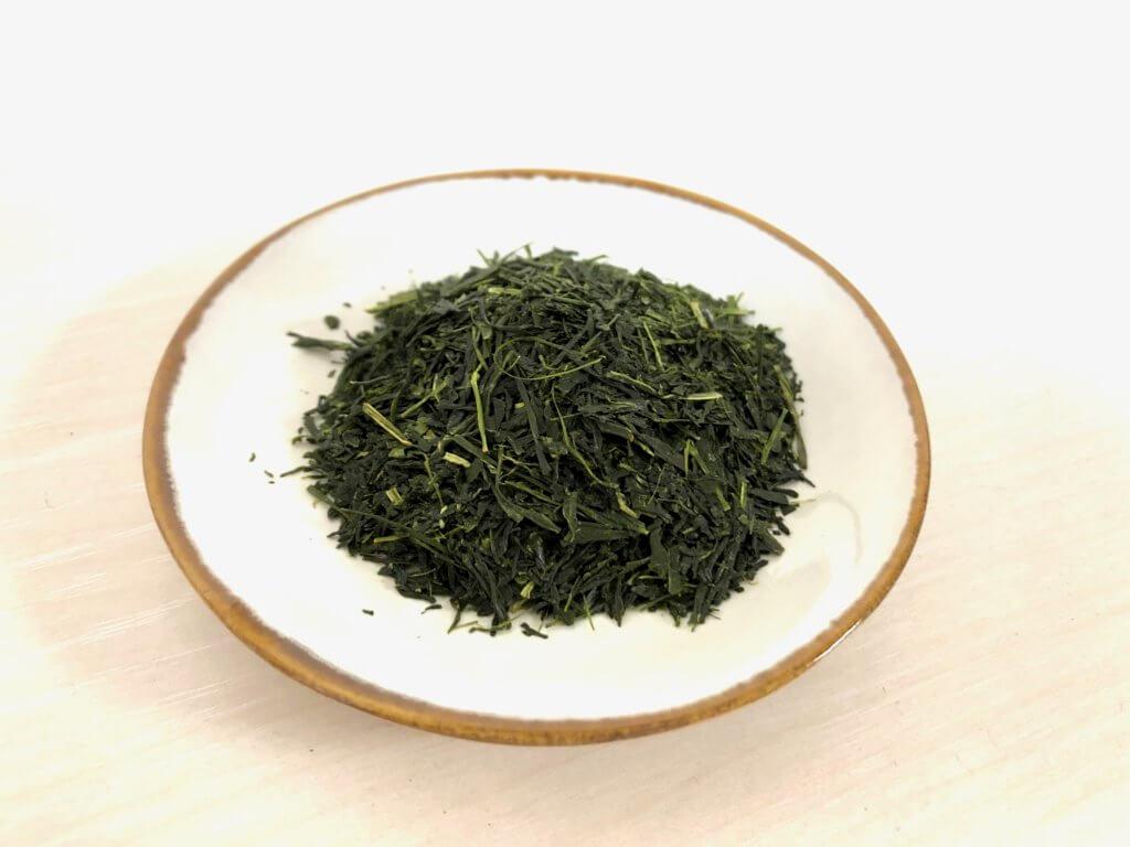皿の上に置いてある日本茶の茶葉