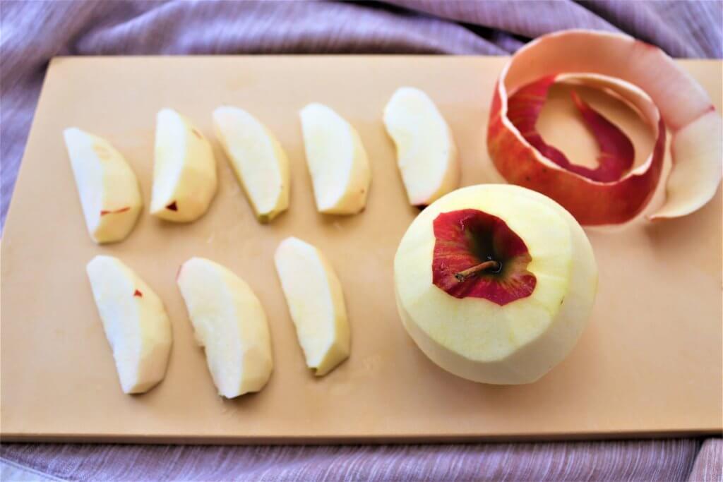 りんごの皮をむき、8等分にカットされた写真