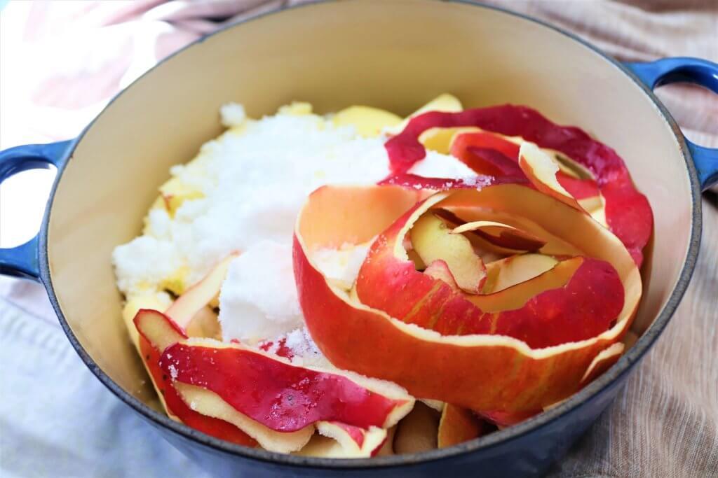 紅玉りんごのアレンジレシピを作る工程で鍋に火をかけりんごを調理する様子
