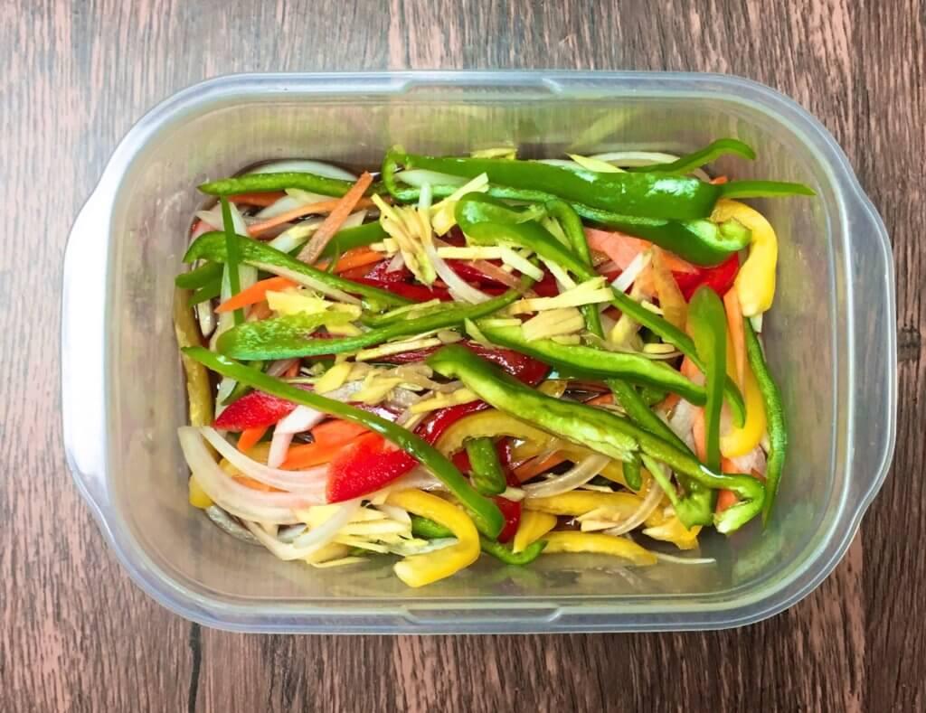 耐熱容器で野菜を温める様子