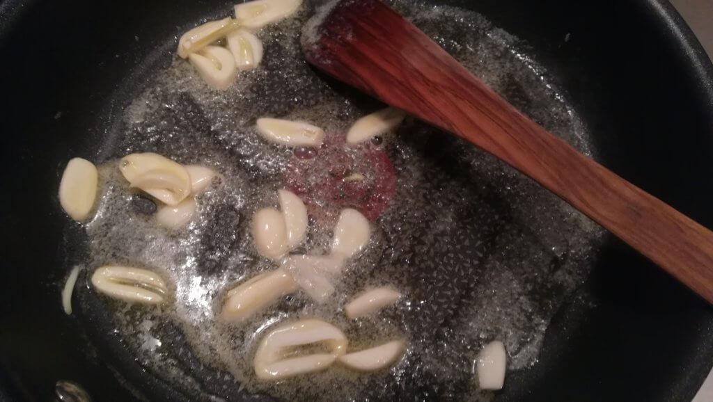 ニンニクを薄切りにし、フライパンにバターを溶かし軽く炒める