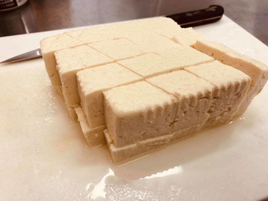 """まな板の上で豆腐を菱型にカットした様子"""""""""""