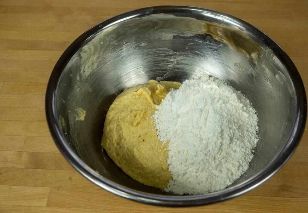 ボウルに小麦粉が加えられた様子