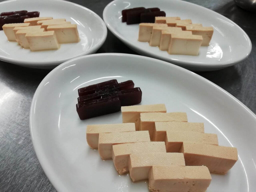 豆腐の味噌漬けと羊羹が並べられている様子