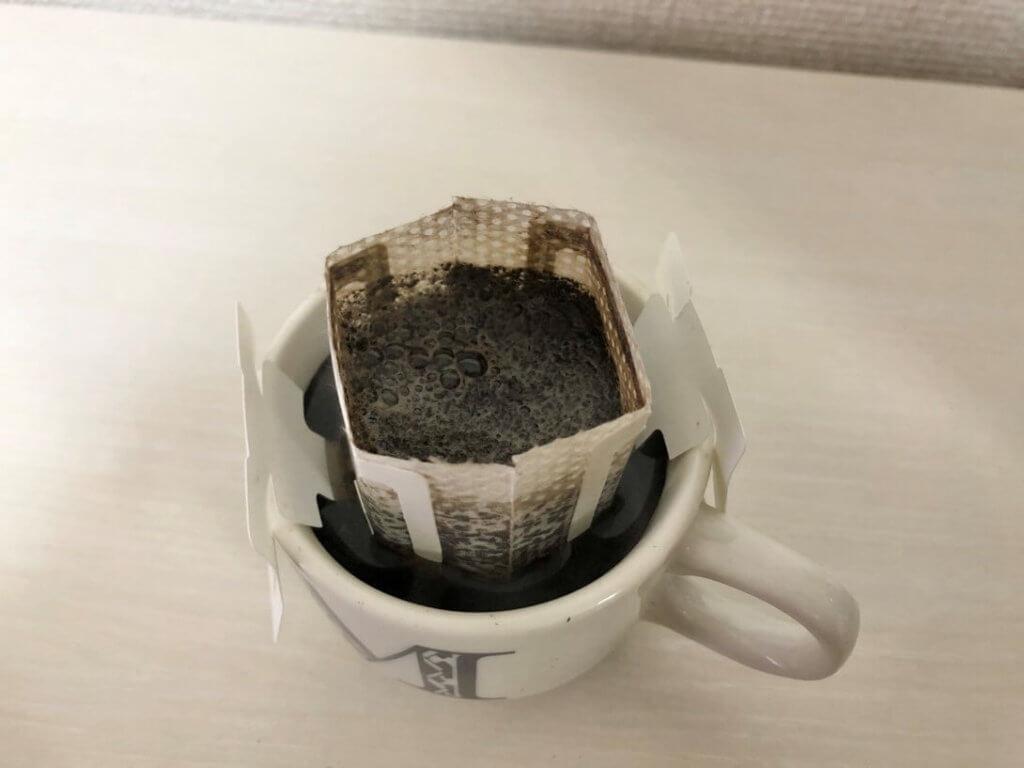 ほうじ茶をカップにドリップしている様子