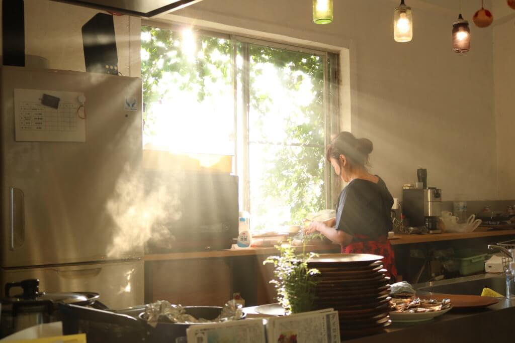 本田まゆみさんがキッチンに立っている様子