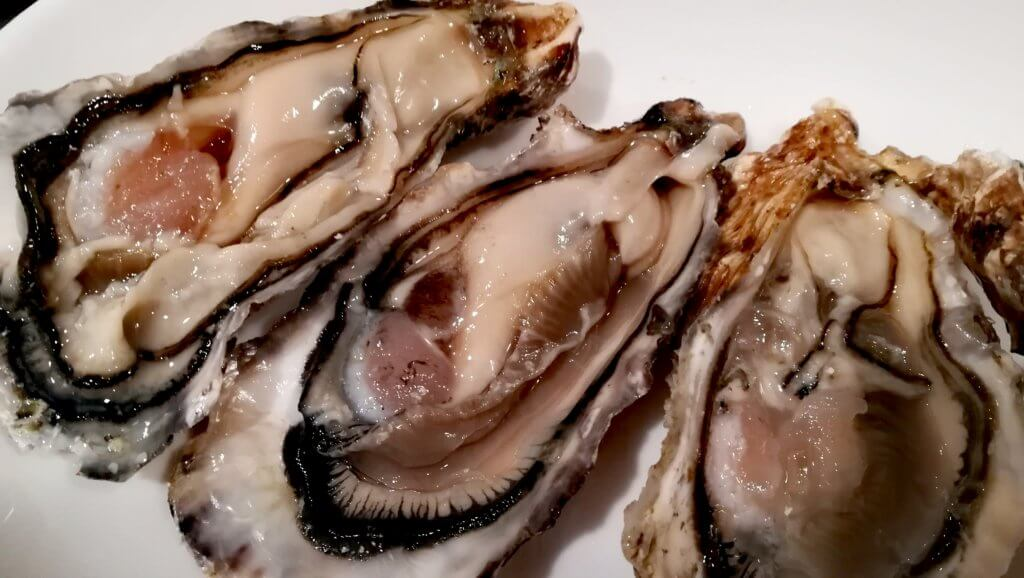 生牡蠣が贅沢にお皿に並べられている様子