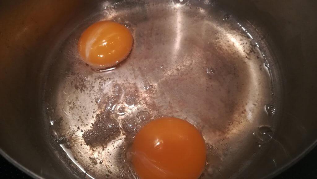 熱した鍋の中で材料がかき混ぜられている様子