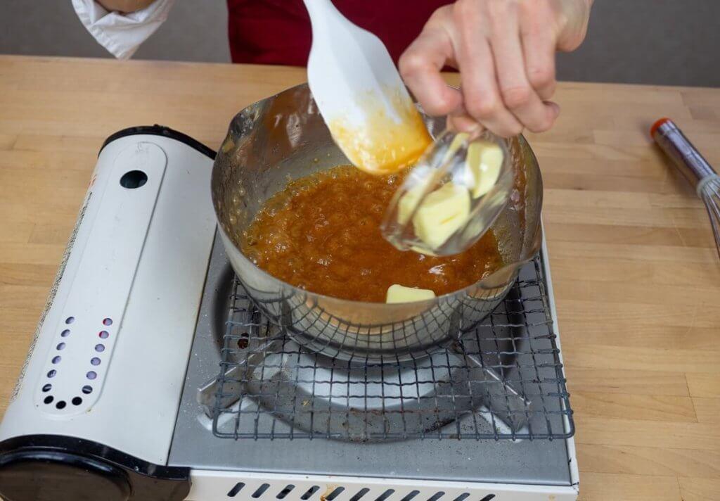鍋にバターが投入されている様子