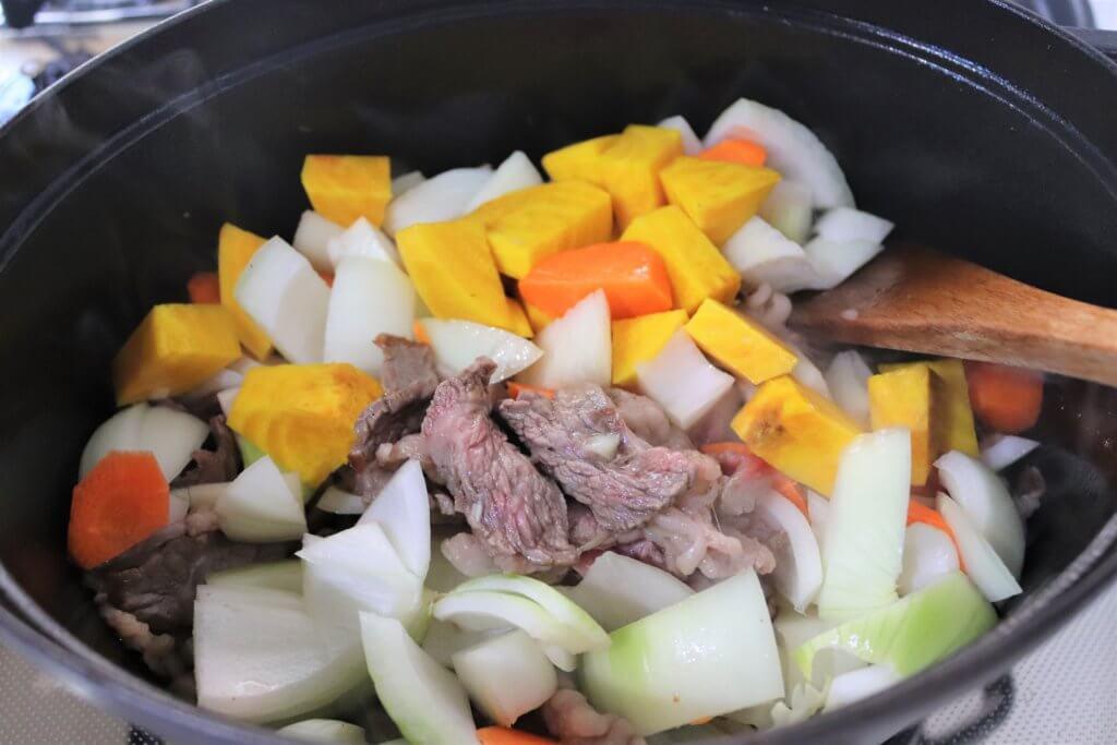 鍋にカットした野菜を入れる様子