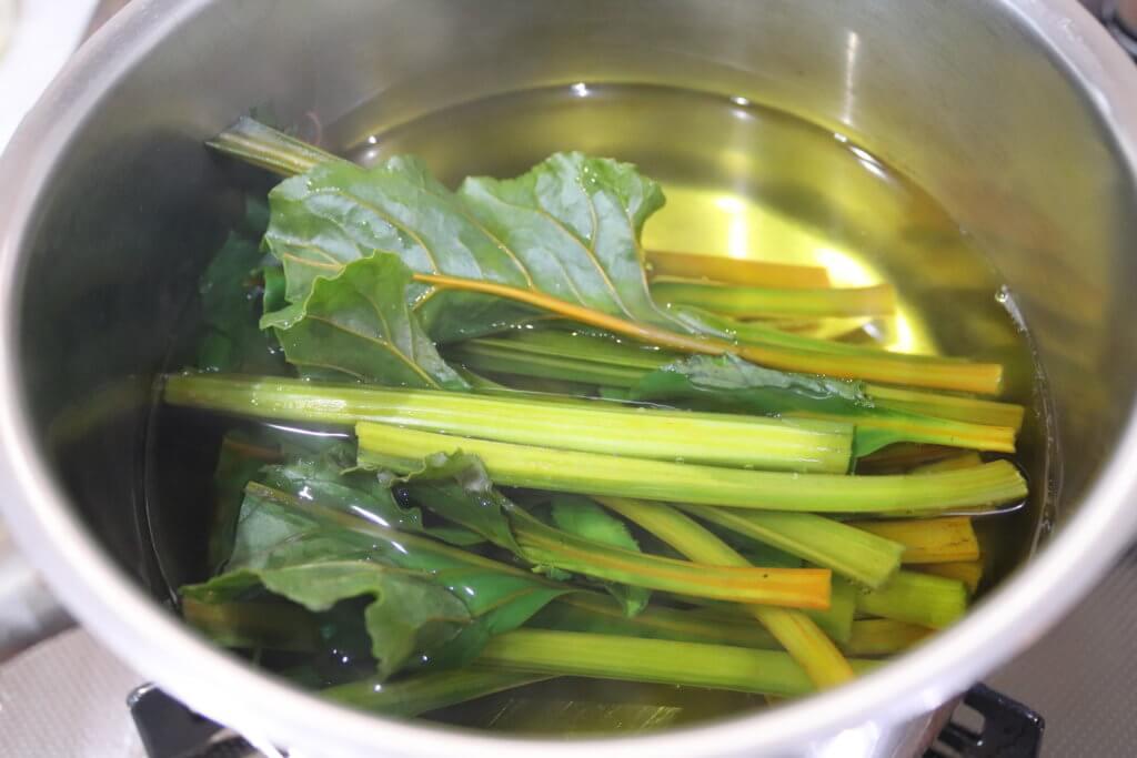 別の鍋でビーツの葉を茹でる様子