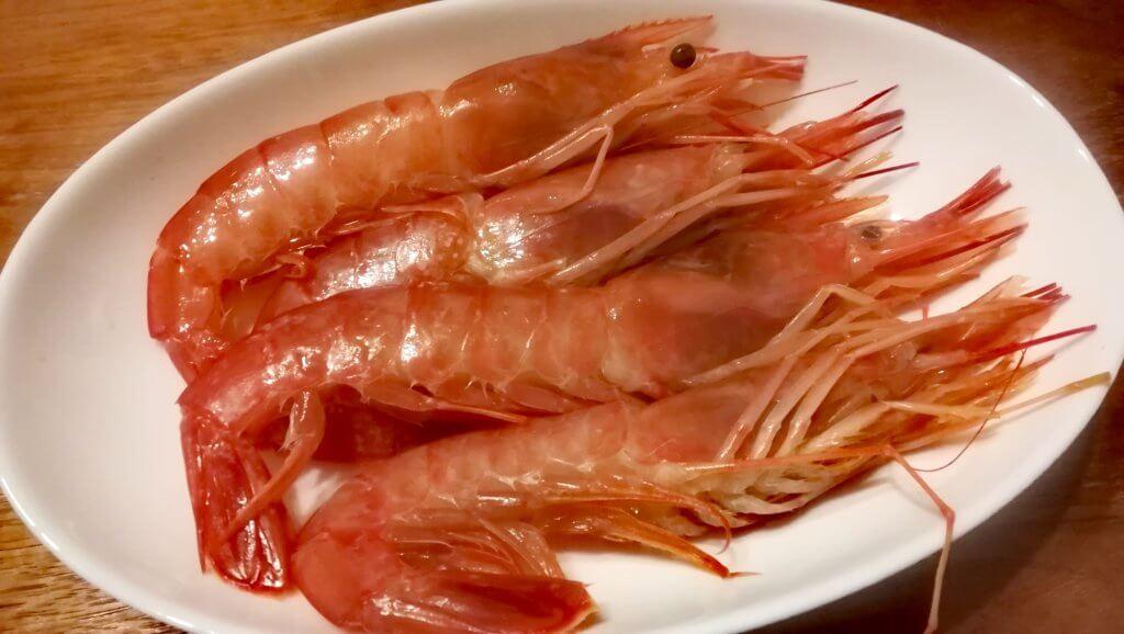 生の新鮮な海老が皿に盛りつけられた様子