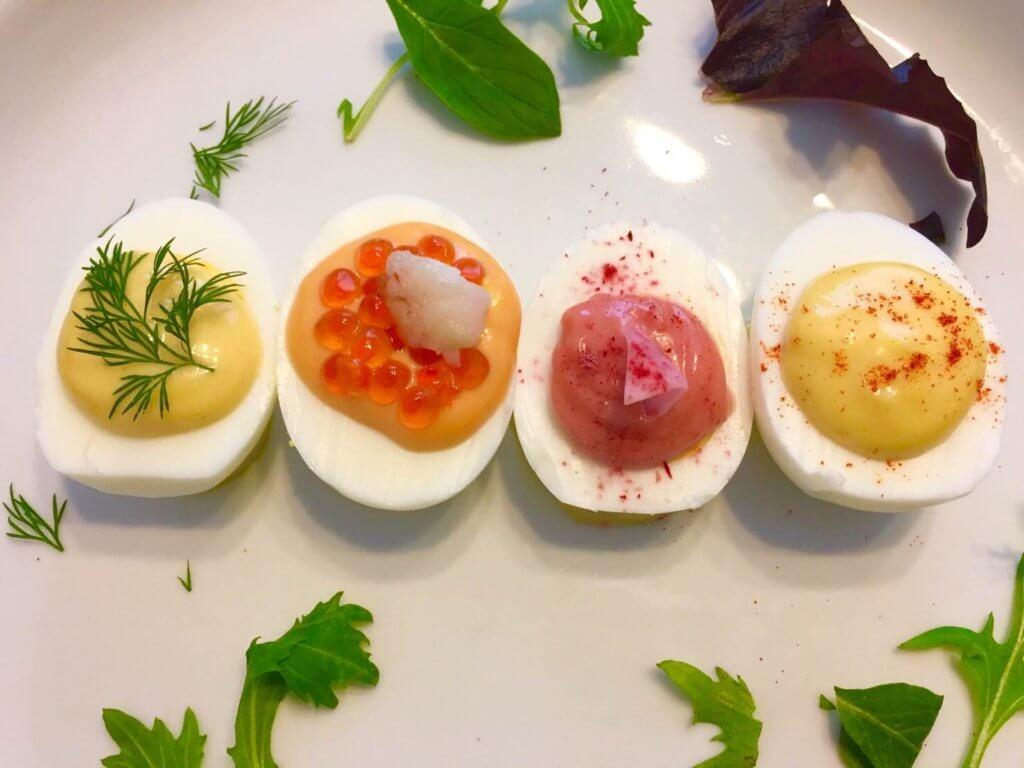 茹で卵にトッピングが添えられ、華やかに彩る様子