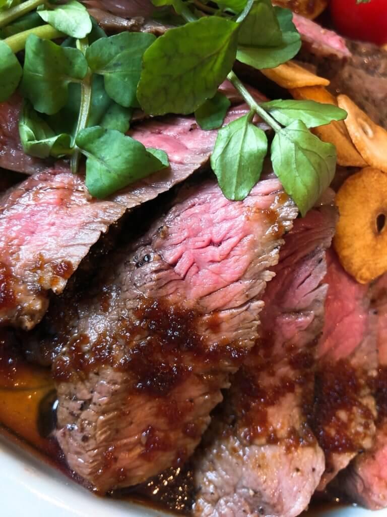 ステーキ肉のうまみが際立つ様子