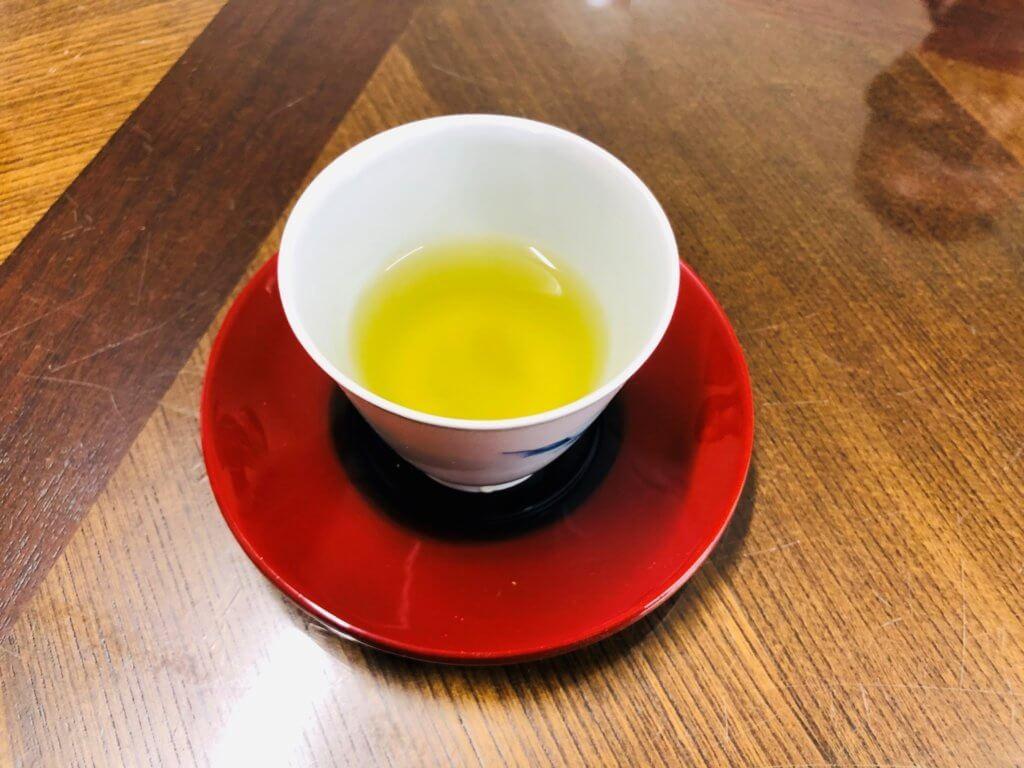 透明度の高い色をした香り緑茶の様子