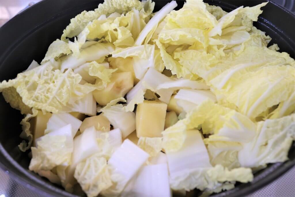 鍋に白菜を入れる様子