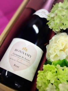 ハートのワインラベルを持つワイン、ボナミー クレマン・ド・ロワール・ブリュットの様子