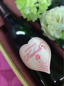 ハート形のワインラベルをしている、ヴァンドビルのボトルの様子