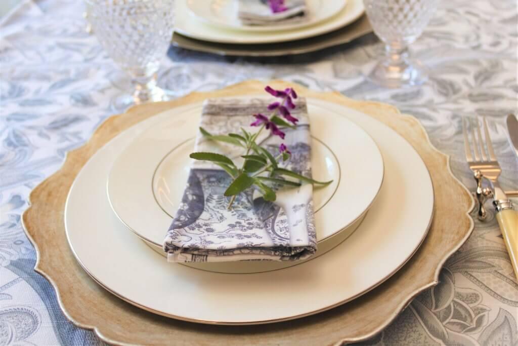 白い皿にナプキンが上品に添えられている様子