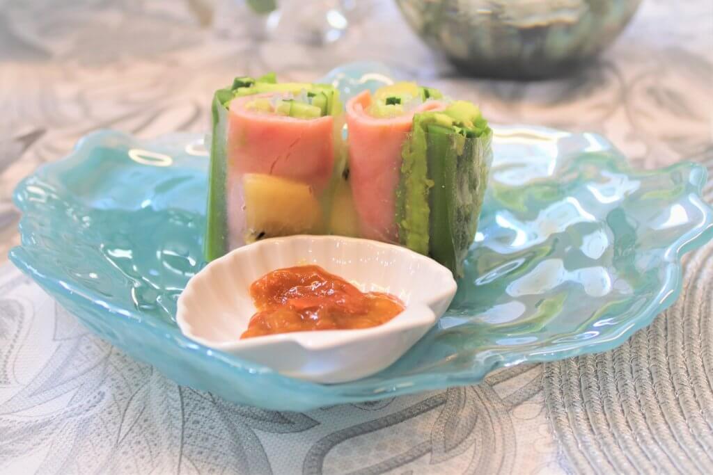 涼しげなガラス製の皿のうえに野菜スティックが乗っている様子