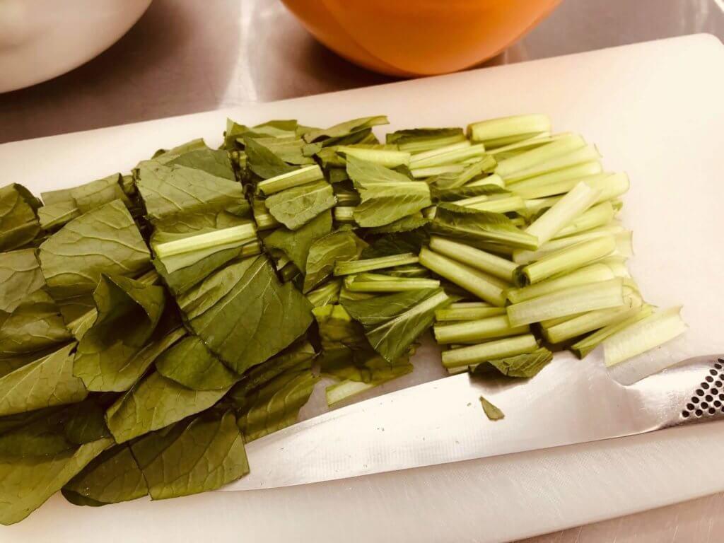 小松菜を一口サイズにカットする様子