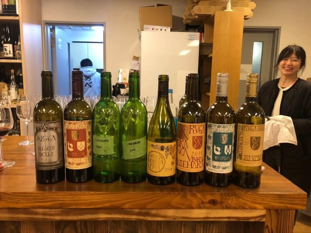 テーブルにアルガーノモンテ含む勝沼醸造のワインが数本並べられている様子