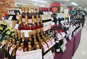 サクラアワードが貼られたワインが店頭に並んでいる様子
