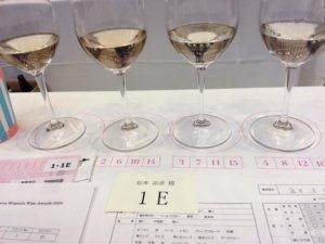 卓上に番号の張られた審査用のワインが並べられている様子