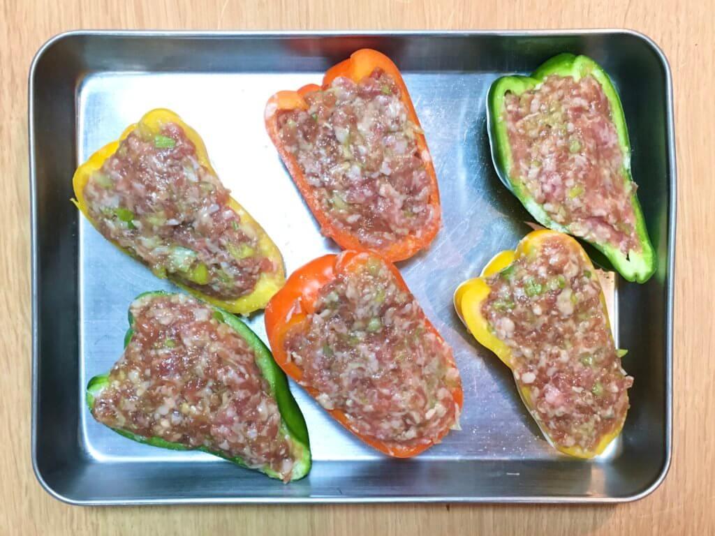 解凍した下味冷凍ひき肉を①に詰め、耐熱容器に入れてラップをふんわりとかけ、レンジ600Wで4〜5分加熱する。