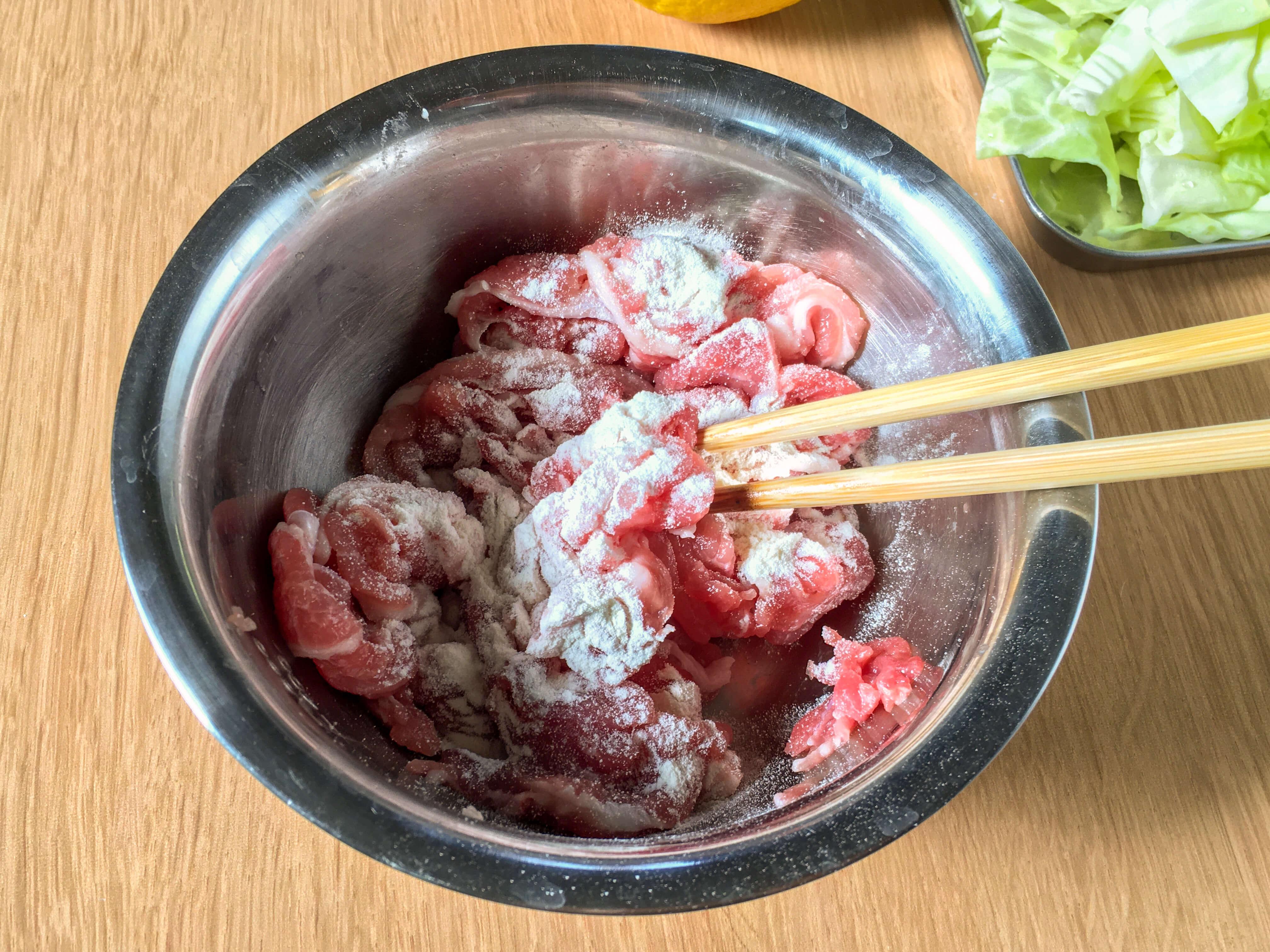 豚こま切れ肉に塩を揉み込み、薄力粉をまぶした様子