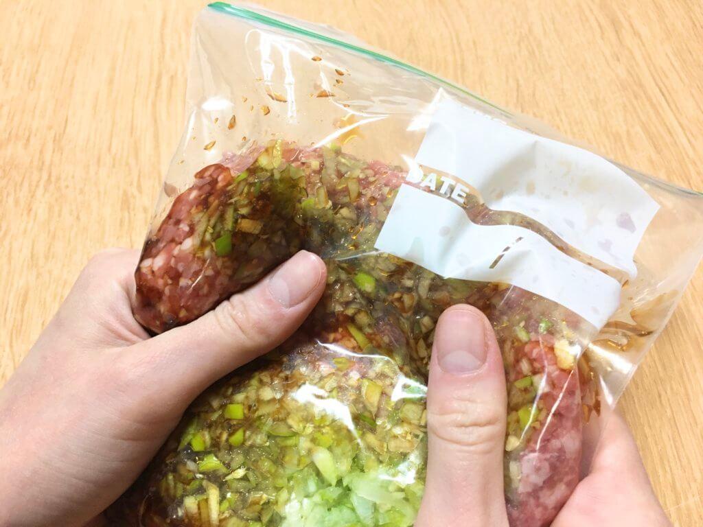 保存袋に豚ひき肉、1、Aを入れ、袋の上からよく揉み込む。