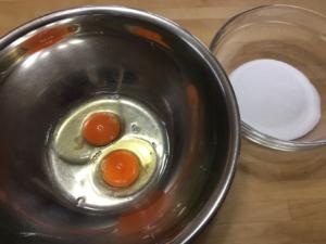 卵とグラニュー糖