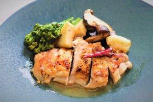 皿に、鶏肉、野菜、ソースを盛る。