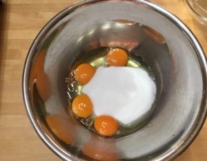 ボールに卵、グラニュー糖をいれる