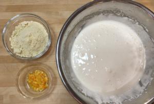 とろみがついたら、ゴムベラで、オレンジピューレ・オレンジピール・アーモンドパウダーをサックリ混ぜ合わせます。