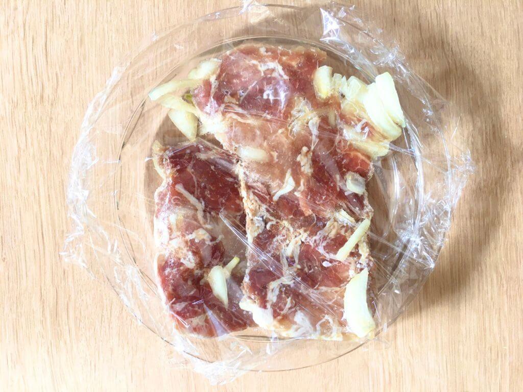 豚こまと玉ねぎの下味冷凍を耐熱容器に入れてラップをふんわりとかけ、レンジ600Wで6分半〜7分加熱する。