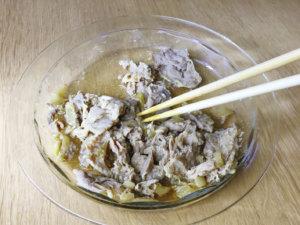 肉に火が通ったら、菜箸でほぐしてごま油を加え、温かいご飯の上にのせて卵黄をのせる。レタス、刻みのりはお好みで乗せても美味しくいただけます。
