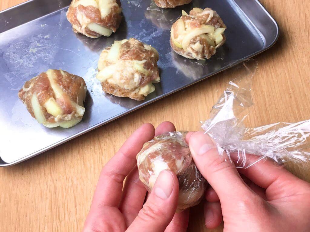 6等分してラップなどでぎゅっと絞って丸め、フライパンにサラダ油を中火で熱し、丸めた肉だねを並べ入れる。