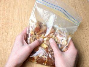 豚こま切れ肉を保存袋に入れ、Aを入れて袋の上からよく揉み込み、1.の玉ねぎを加えて混ぜ合わせる。