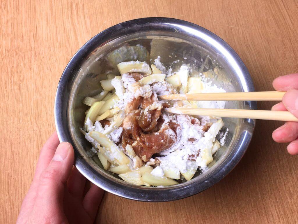 味付け肉2人分をボウルに入れ、片栗粉を加えてよく混ぜ合わせる。