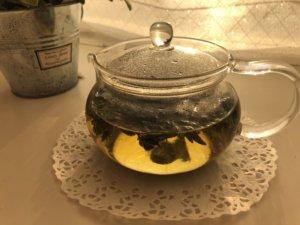 急須に熱湯と出来上がった「よもぎ茶」を一掴み入れ