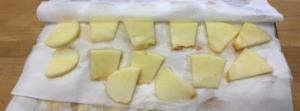 林檎1個をイチョウ切りにし、水分をキッチンペーパーでふきとります