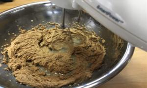 ボールにバターを入れハンドミキサーでクリーム状にし、ブラウンシュガーを加え白っぽくなるまで混ぜ合わせます。写真⑴
