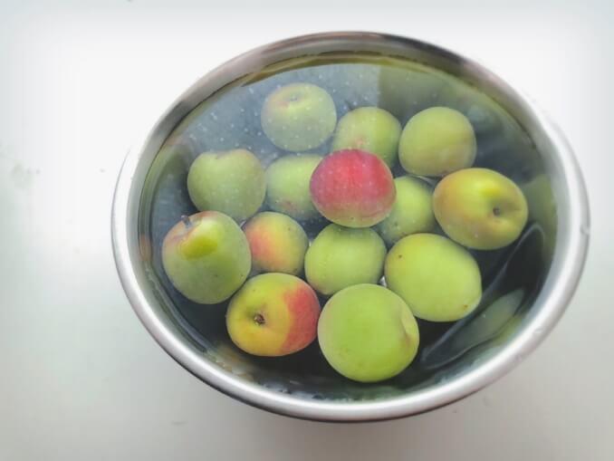 梅はよく洗い、大きめのボールに入れ水を張り、一晩浸けてアクを抜く。