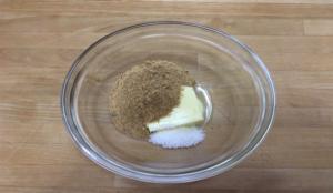 バターをクリーム状にしてから、ブラウンシュガー、ココナッツを加え混ぜ合わせます。