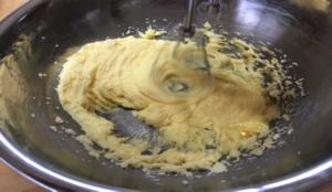 次に卵を3回にわけて混ぜ合わせます