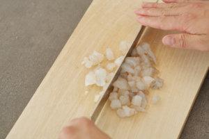 海老とはんぺんを粗みじん切りにして、ボウルに片栗粉と塩をして混ぜ合わせる。
