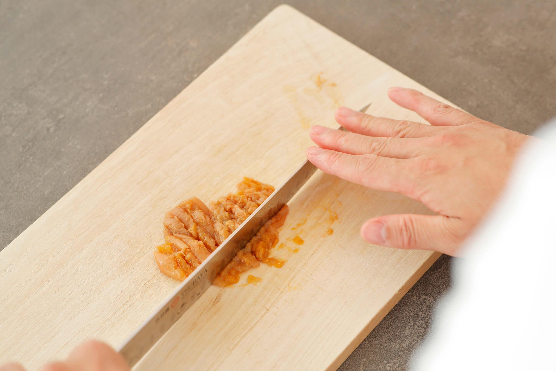 梅干しは種を取り、実を粗みじん切りにする