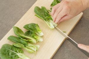 美白菜は葉と茎を分けるようにカットする
