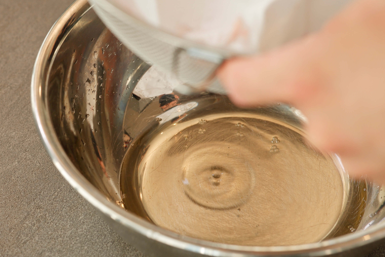 .冷蔵庫で半日置いて透明のトマトエキスを抽出する